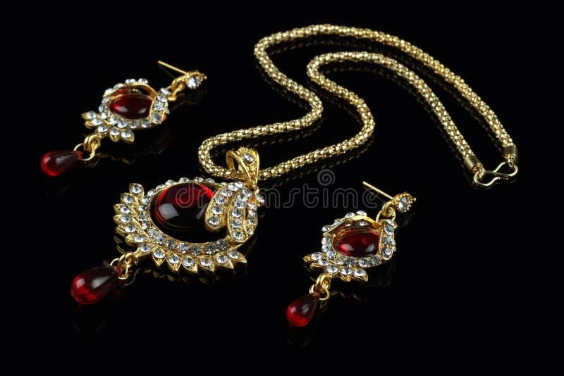Indische Geplaatste Stijljuwelen - Halsband en Oorringen stock foto's