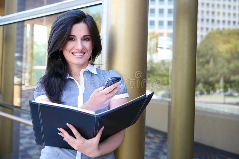 Indische Geschäftsfrau außerhalb des Büros stockfoto
