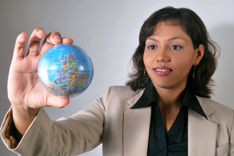 Indische Geschäftsfrau mit globalem Anblick lizenzfreies stockfoto
