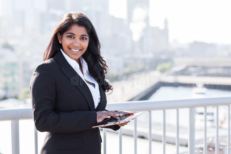 Indische Geschäftsfrau mit tahlet PC lizenzfreie stockfotografie