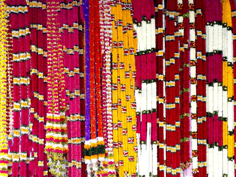 Indische Girlanden an einem Stall stockbild