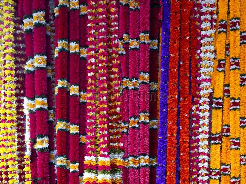Indische Girlanden an einem Stall stockfotos