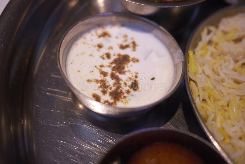 Indische Gurken-Raita Yogurt-Soße stockfotos