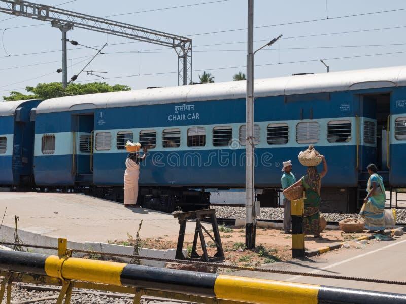 Indische handelaren die een spoorwegtrein werken stock afbeeldingen