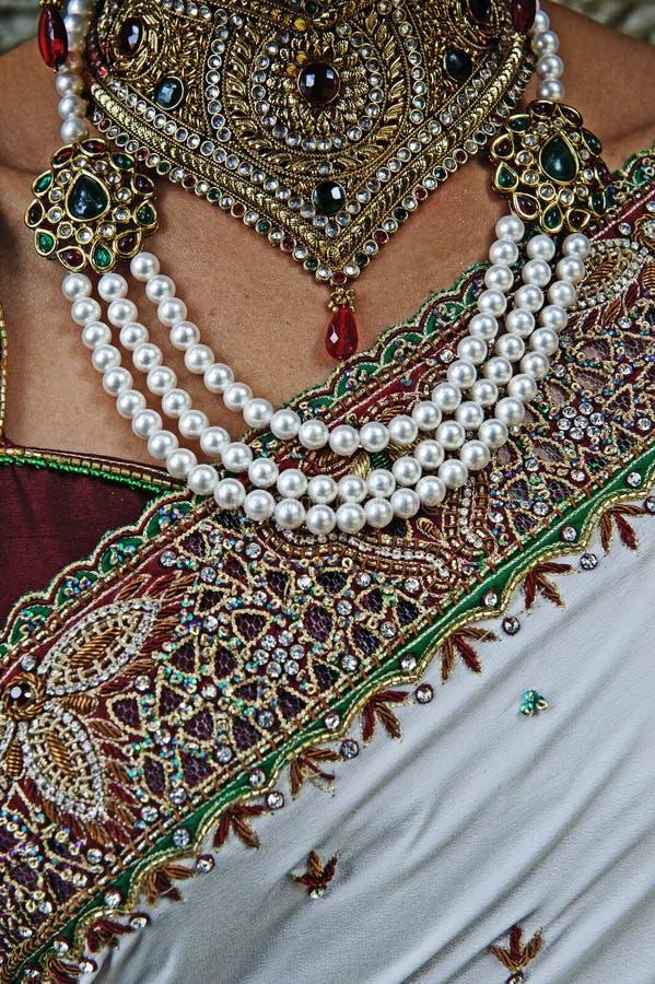 Indische hindische Bräute Sari, Halskettenschmuck und oben schließen des Kastens lizenzfreie stockfotos