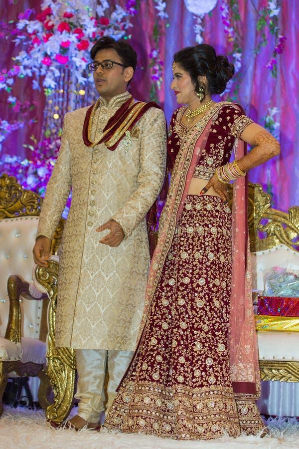 Indische hindische Braut u. Bräutigam lizenzfreies stockbild