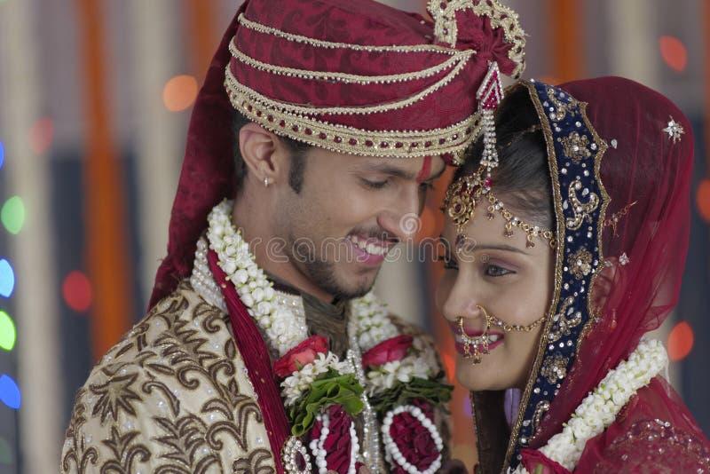 Indische hindische Braut u. pflegen ein glückliches lächelndes Paar. stockfotos