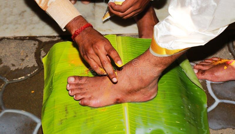Indische hindische Hochzeitssüdtradition, Bräutigam und Brautbeine und Hände zeremoniell stockfotografie