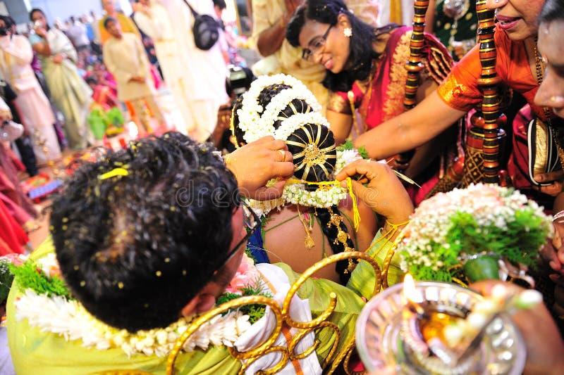 Indische Hochzeit - Bindung von thali lizenzfreie stockfotos