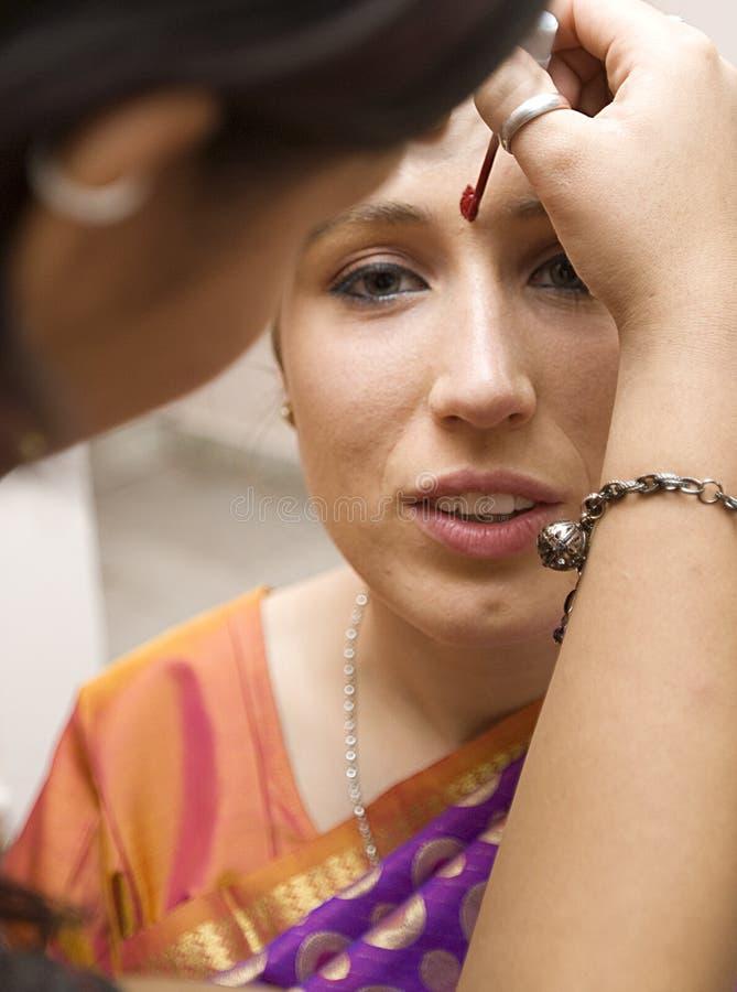 Indische Hochzeit - Vorbereitung der Braut stockbild