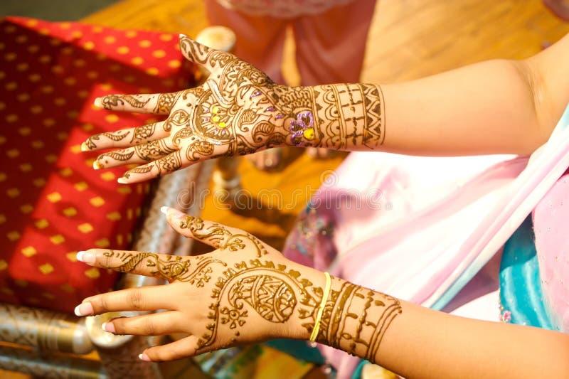 Indische Hochzeitsbraut, die Hennastrauch angewendet erhält stockfotografie