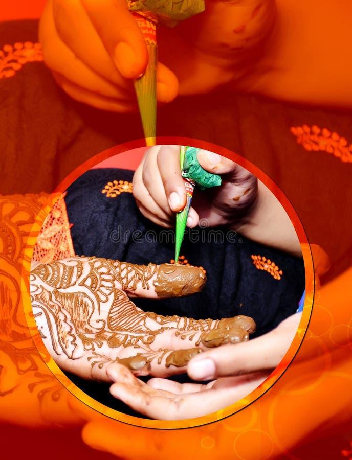 Indische huwelijksbruid die henna van toepassing geweest krijgt stock foto's