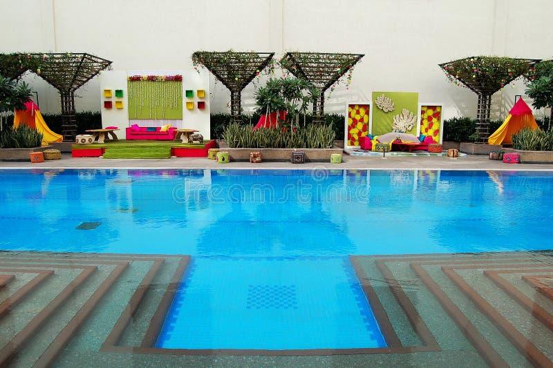 Indische huwelijksdecoratie naast pool royalty-vrije stock foto's