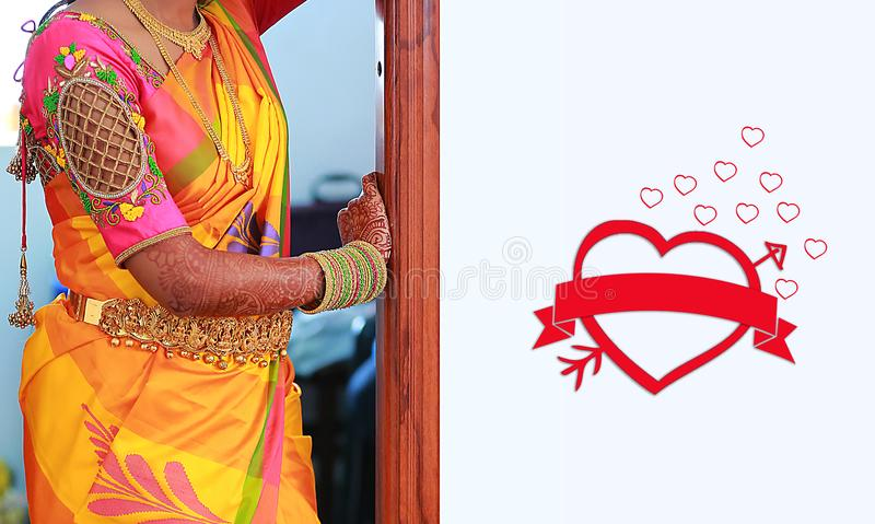 Indische huwelijkskaart, goud en kristallen met harten royalty-vrije stock afbeeldingen