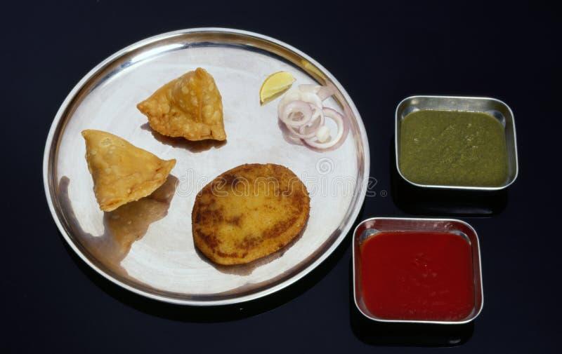 Indische Imbisse mit Samosas & Cutlet mit Soße & Chutney lizenzfreies stockbild