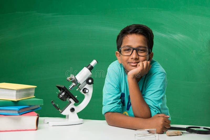 Indische jonge geitjes en wetenschap stock afbeeldingen