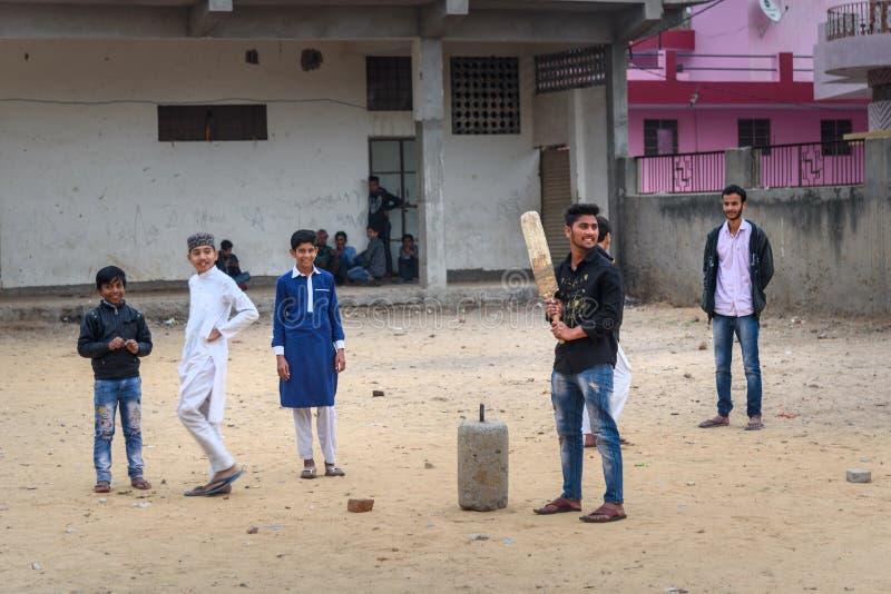 Indische jonge jongens die veenmol op de straat van Amer spelen Rajasthan India royalty-vrije stock foto
