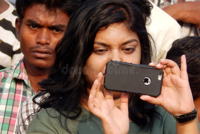 Indische jonge vrouwenspruit met mobiele telefoon royalty-vrije stock afbeeldingen
