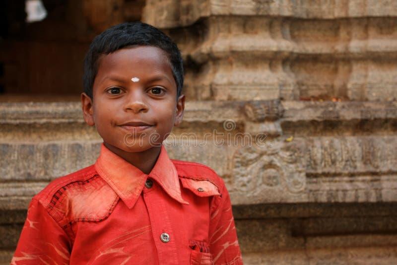 Indische jongen dichtbij de tempel royalty-vrije stock afbeelding