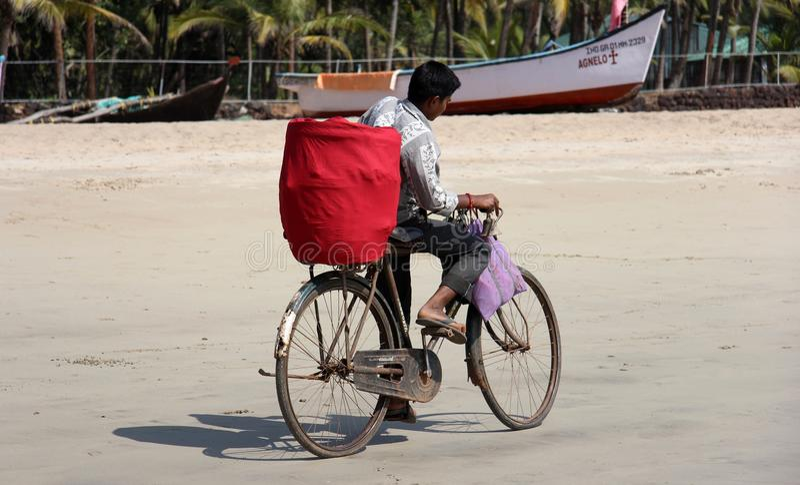 Indische jongen op fiets - Goa, India royalty-vrije stock foto
