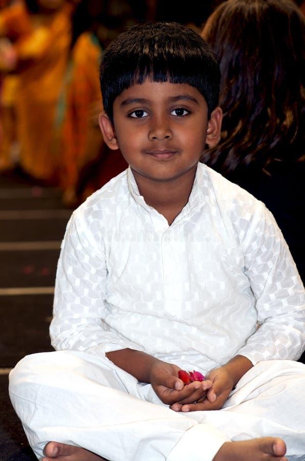 Indische Jongen in tempel stock fotografie