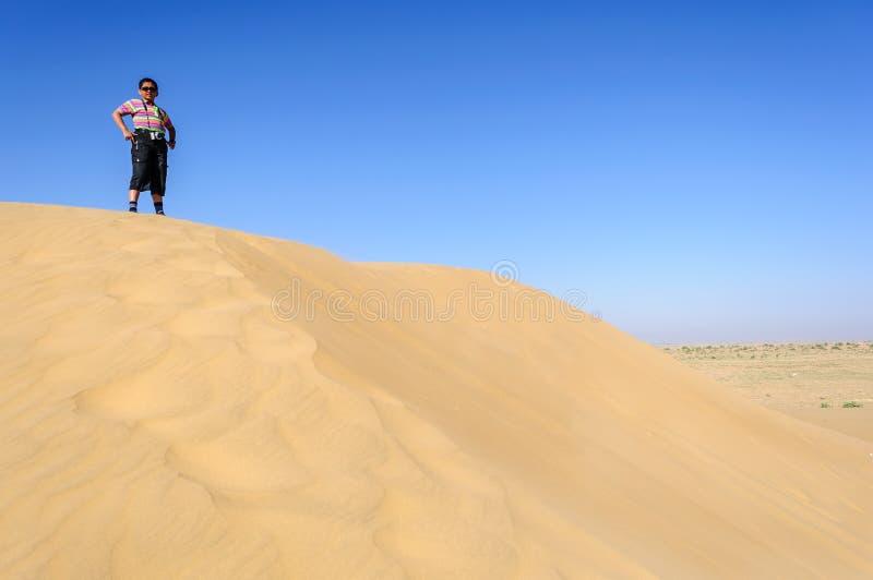 Indische jongen, toerist, met verrekijkers, die zich op zandduin bevinden van royalty-vrije stock fotografie