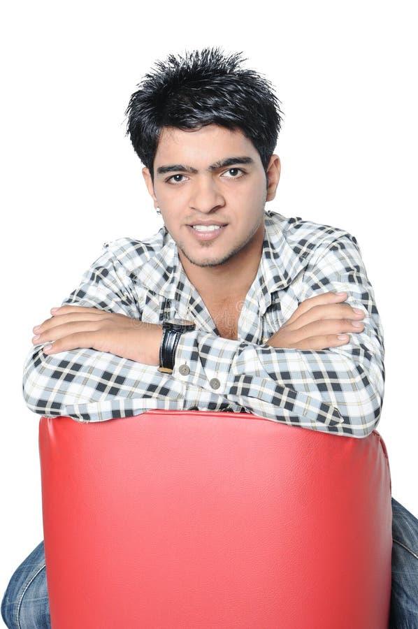 Indische jongenszitting op een stoel. royalty-vrije stock foto