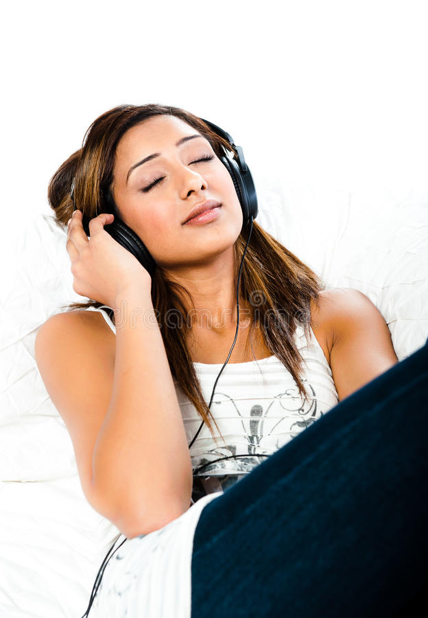 Indische Jugendliche, in den Kopfhöreraugen geschlossen lizenzfreies stockfoto