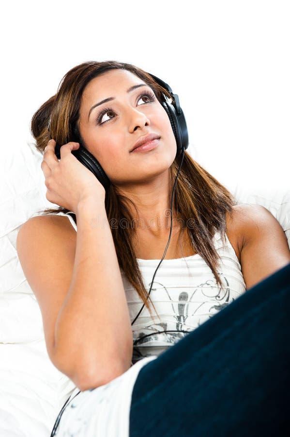 Indische Jugendliche, mit Kopfhörern, Augen öffnen sich stockbilder