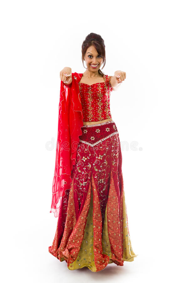 Indische junge Frau, die auf Sie von beiden Händen lokalisiert auf weißem Hintergrund zeigt lizenzfreie stockfotografie