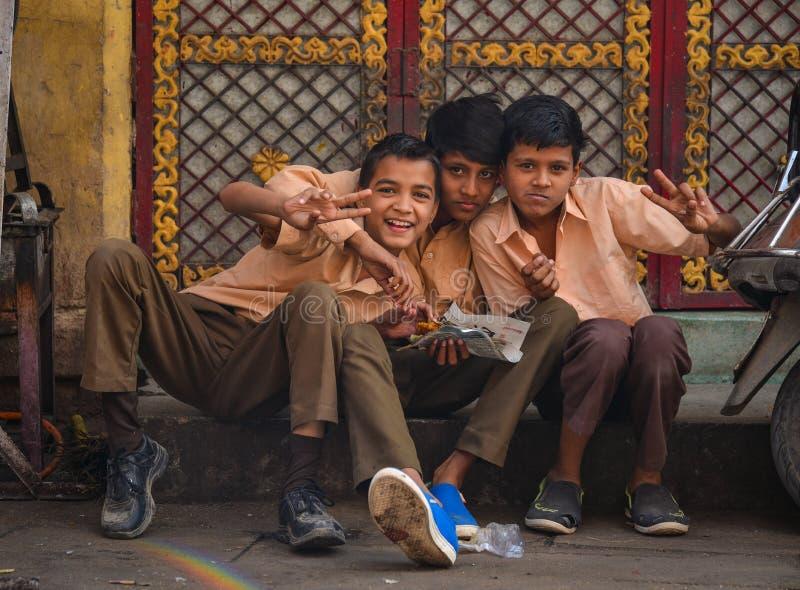 Indische Jungen, die auf Straße in Jodhpur, Indien sitzen lizenzfreies stockfoto