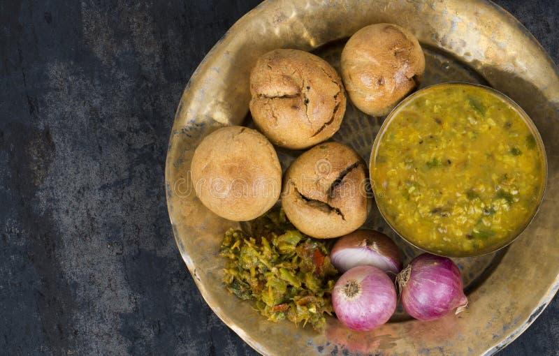 Indische Küche Dal Baati lizenzfreie stockbilder