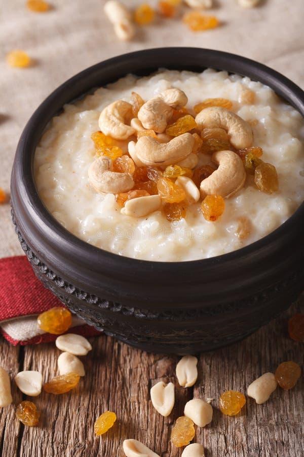 Indische Küche: kheer Reispudding mit Nüssen und Rosinenabschluß-u lizenzfreies stockbild