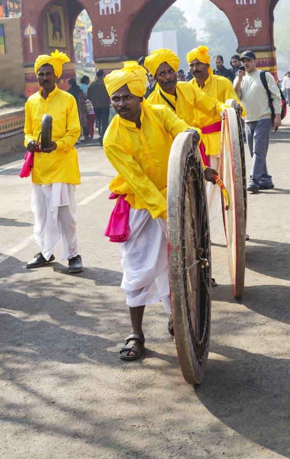 Indische Künstler, die traditionelle Trommeln spielen lizenzfreie stockfotografie