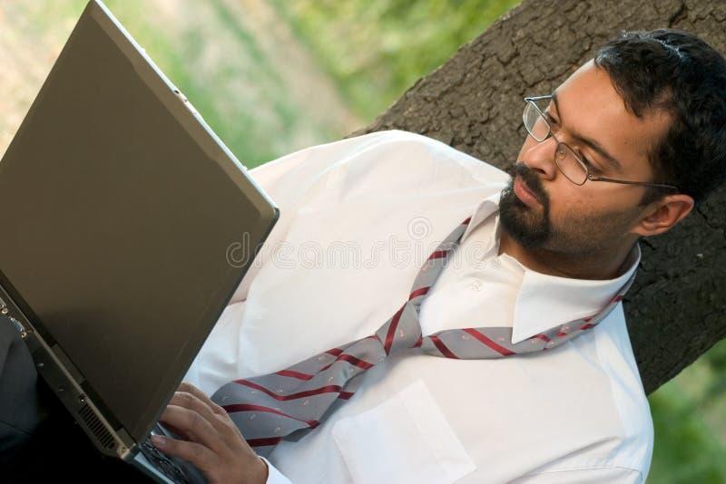 Indische kerel met laptop stock foto's