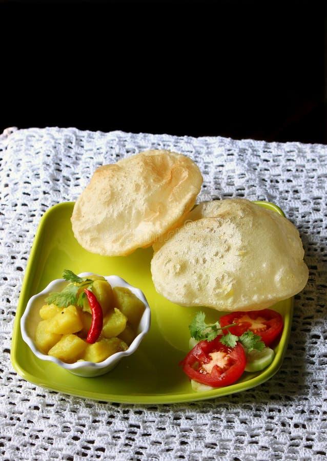 Indische keuken, vegetarische sabzi van voorbereidingspoori royalty-vrije stock foto's