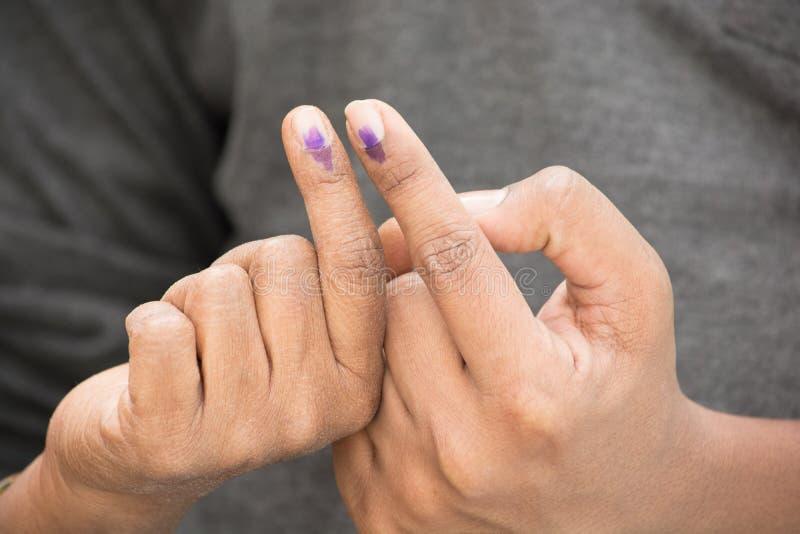 Indische Kiezer die stemmingsteken na de opiniepeiling toont stock afbeelding