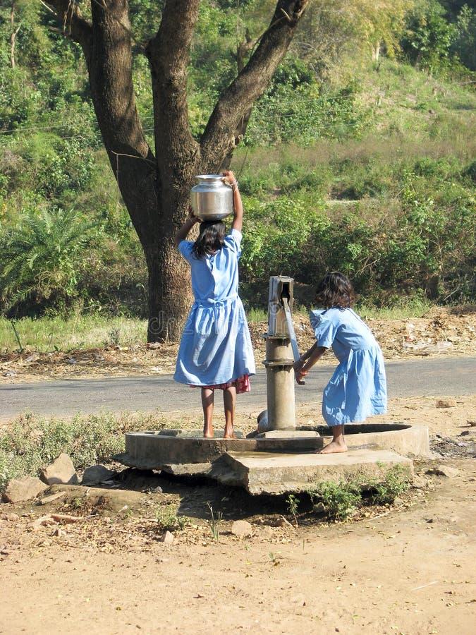 Indische kinderen bij de waterpomp royalty-vrije stock afbeeldingen