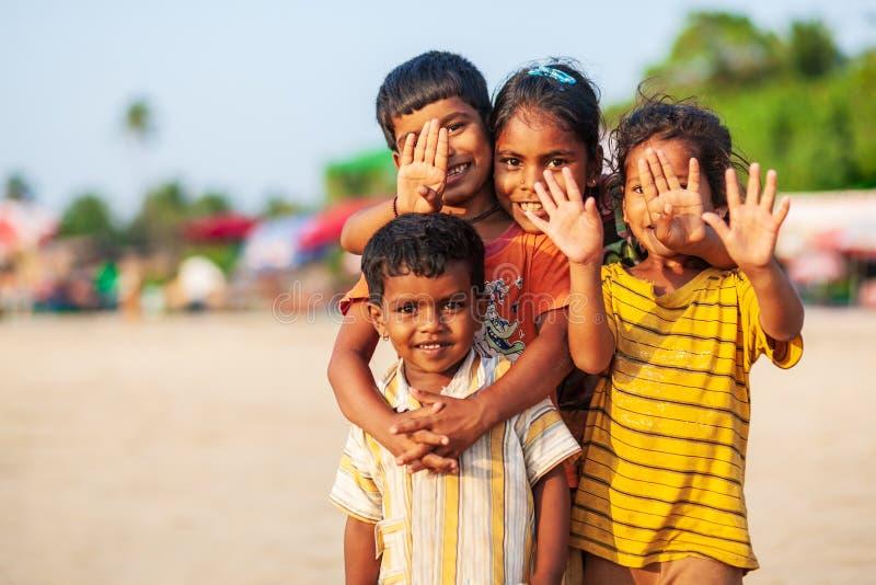 Indische kinderen bij strand, Goa stock foto's