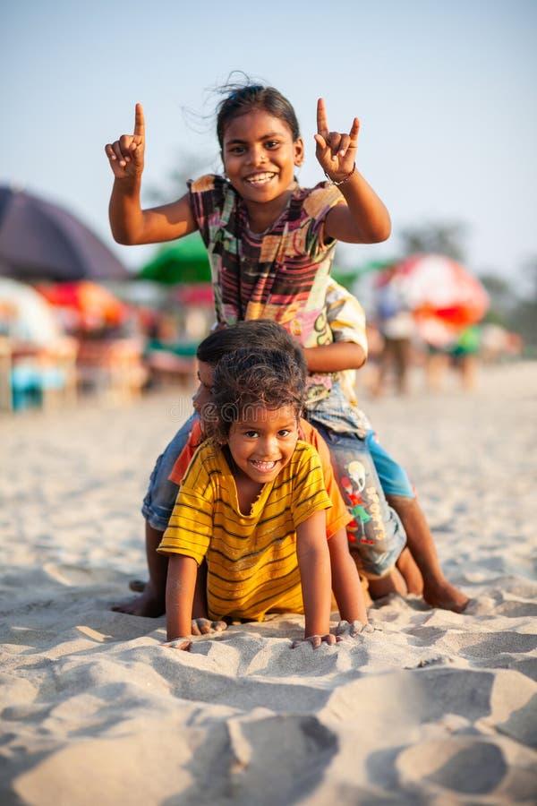 Indische kinderen bij strand, Goa royalty-vrije stock foto