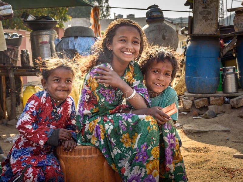 Indische kinderen op de straat De armen komen met familie aan de stad uit het dorp voor het werk En zij die in de straat leven royalty-vrije stock fotografie