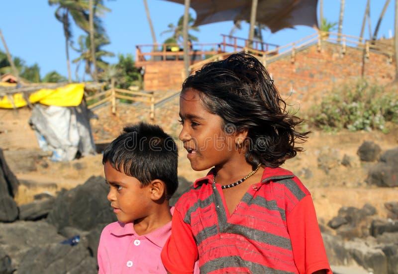 Indische kinderen op het strand van het Noorden Goa stock fotografie