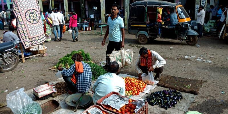 Indische kleinhandelsgroentehandelaar die plantaardige partij van groothandelsmarktplaats selecteren royalty-vrije stock afbeeldingen