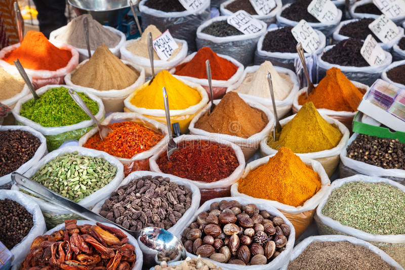 Indische kleurrijke kruiden stock foto