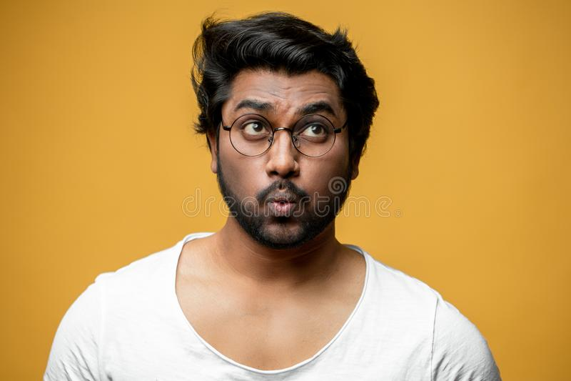 Indische knappe mens met grappige gelaatsuitdrukking stock fotografie