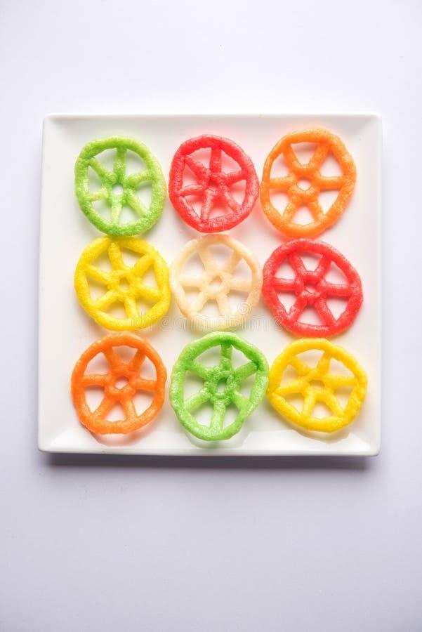 Indische knusprige fryums oder papad Snack in Rad, Quadrat und Dreieck shapewheel formen bunten fryums papad Snack Selektiver Fok lizenzfreies stockbild