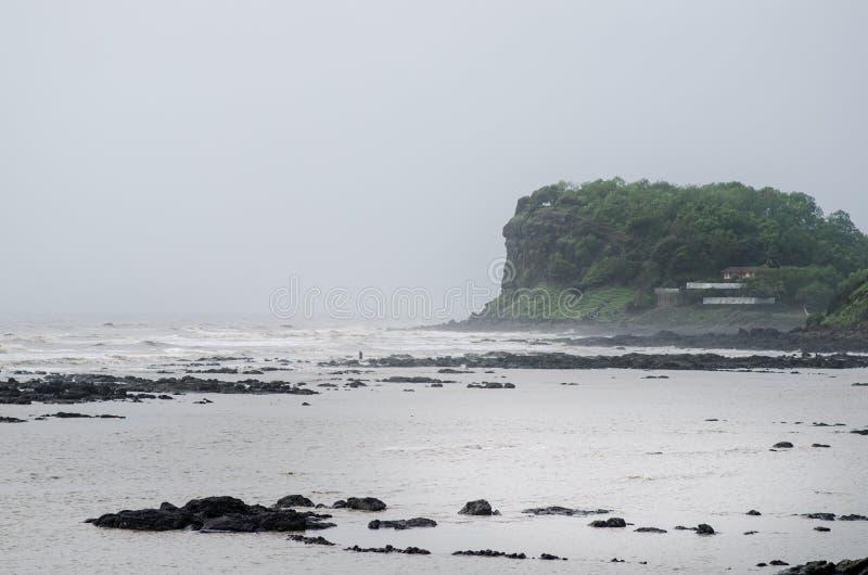 Indische kustlijnen en moessonseizoen Regenachtige dag in India Irelands en kustconcept mooie aard tijdens een moesson royalty-vrije stock afbeeldingen