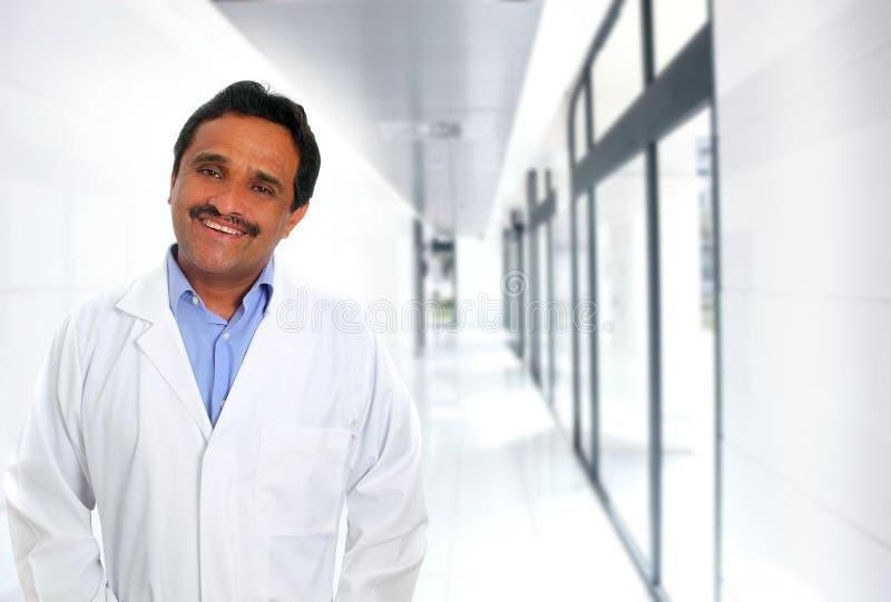 Indische Latijnse artsendeskundigheid die in het ziekenhuis glimlacht stock afbeeldingen