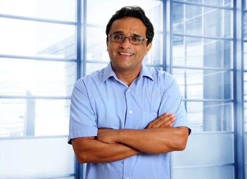 Indische Latijnse zakenman in bureau royalty-vrije stock afbeelding