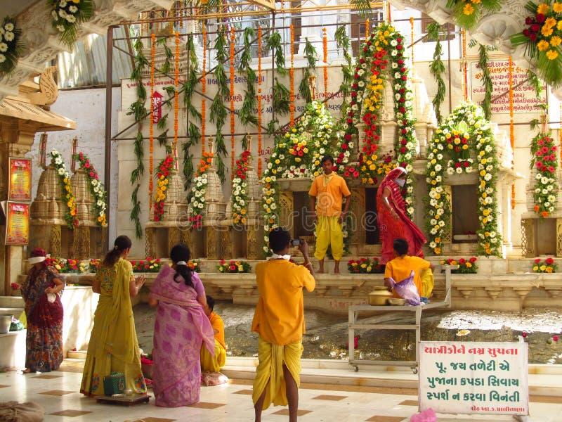 Indische Leute beten im jain Tempel in Palitana lizenzfreies stockfoto